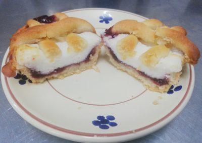 Crostatina con marmellata di ciliege e impasto di ricotta